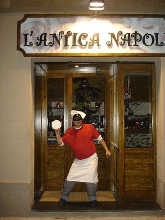 Pizzeria L'Antica Napoli: El pizzero jefe nos recibe a la entrada de la pizzería...