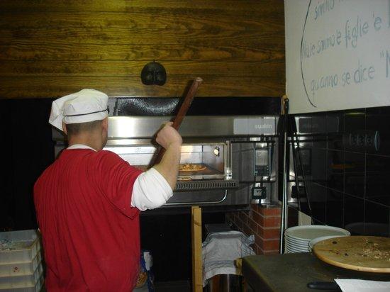 Pizzeria L'Antica Napoli: En plena acción.