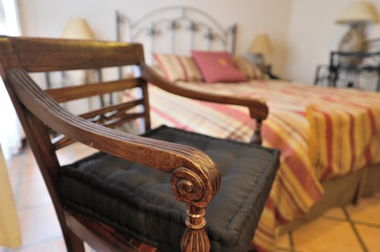 Hotel Los Robles: Silla en la habitación