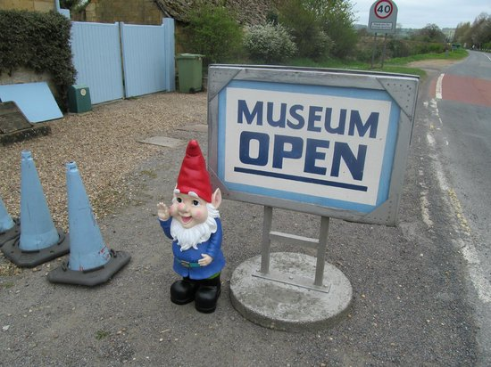 Moreton-in-Marsh, UK: Gnorman outside the Museum