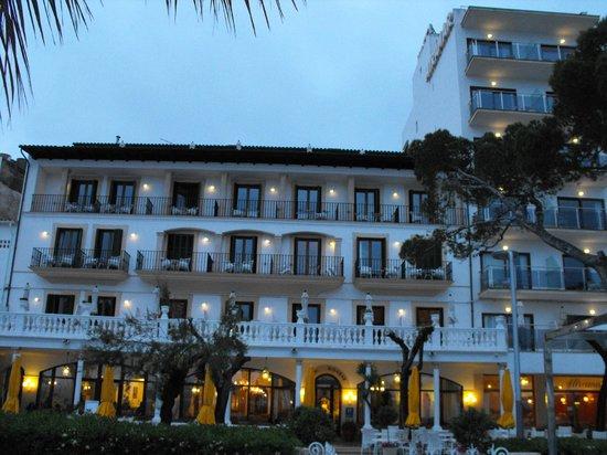 Hotel Miramar: Front of hotel at night