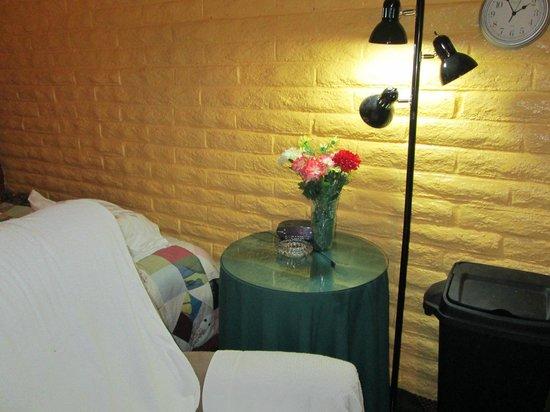 Fallbrook Country Inn: Clock & Lamp