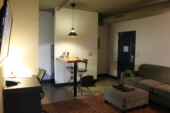 The Brewhouse Inn & Suites: Living area of suite