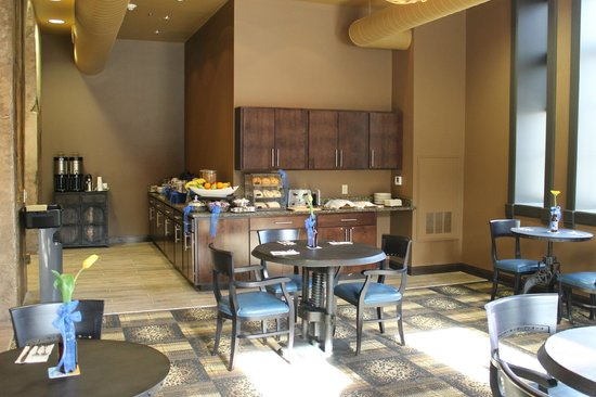 The Brewhouse Inn & Suites: Breakfast area
