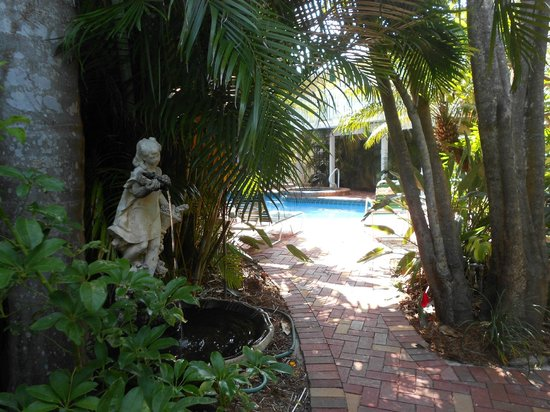 Siesta Key Inn: Path to Pool