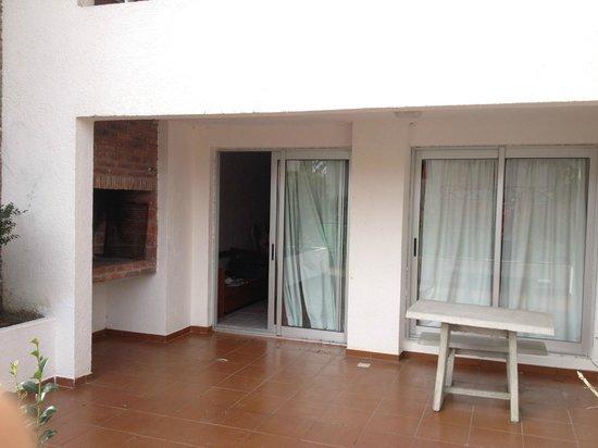 """Les Chalets Apart Hotel: Parrillero y mesa, """"balcon"""""""