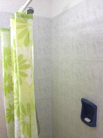 Les Chalets Apart Hotel: Cortina de baño, ducha chica