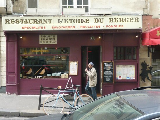 L'Etoile du Berger: The cheese is in the window and ready