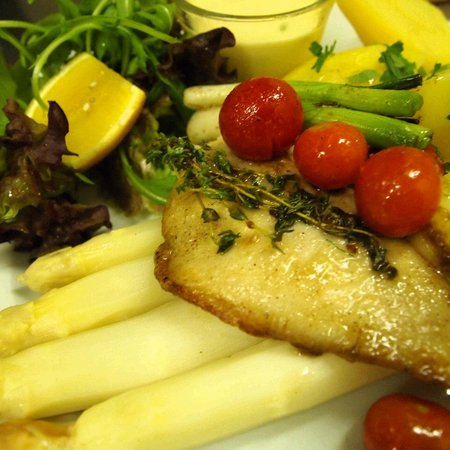 Honigmond : Asparangus with hollandaise sauce & pan-fried plaice fillet