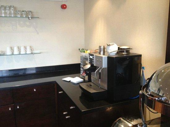 Cardiff Marriott Hotel: Coffee machine in Executive lounge