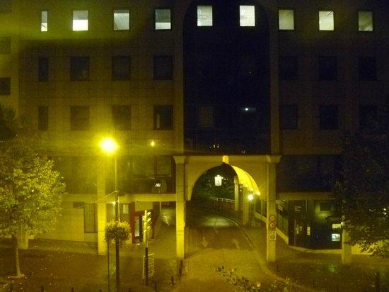 Novotel Paris Rueil Malmaison : Entrada para praça do Hotel