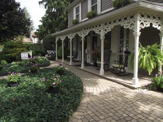 Historic Davy House B&B Inn: Historic Davy House Front Porch Entrance