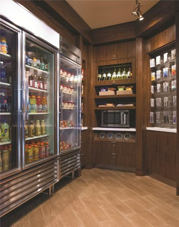 Courtyard by Marriott Los Angeles Woodland Hills: The Market