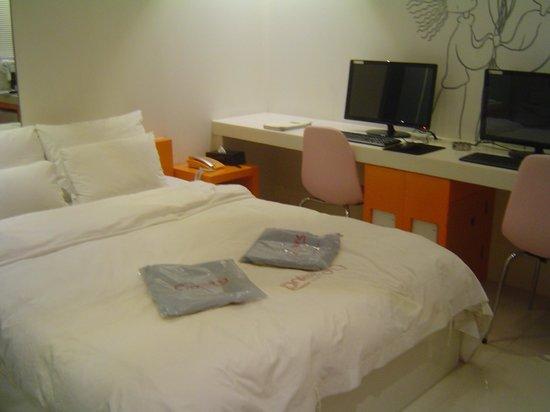 Crossing Hotel : Standard Room Interior