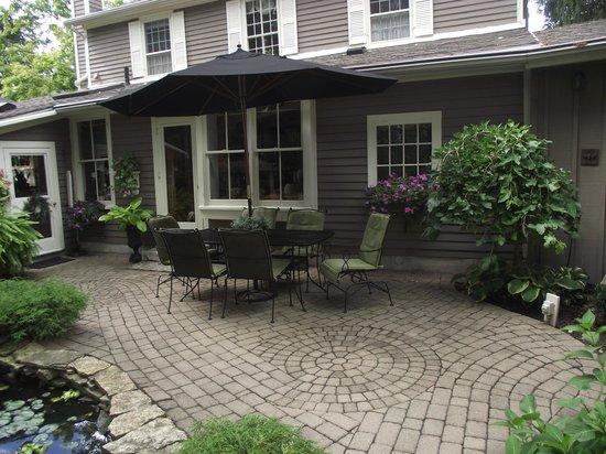 Historic Davy House B&B Inn: Courtyard Conversation Area