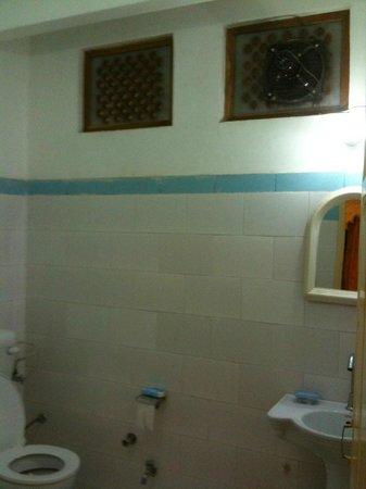 Bhanwar Vilas Guest House: Room 402 Bathroom