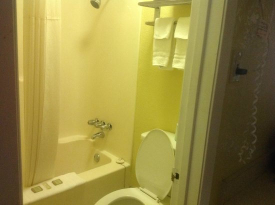 Super 8 Kerrville TX: Tub/shower. toilet, extra towels