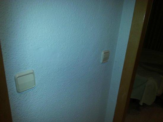 Hotel Tres Anclas: pegotes de pintura...