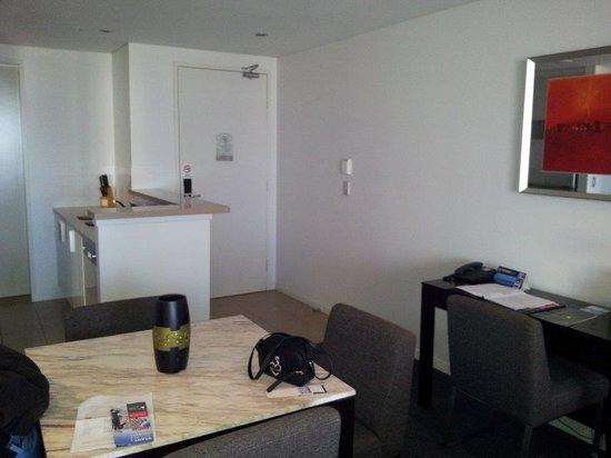 Meriton Suites Broadbeach: dinnng area