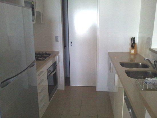Meriton Serviced Apartments - Broadbeach: kitchen