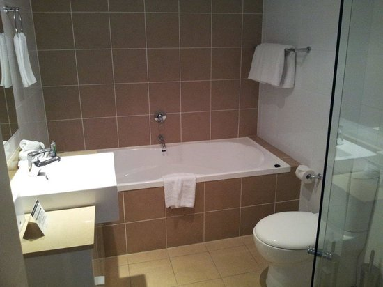 Meriton Serviced Apartments - Broadbeach: toilet