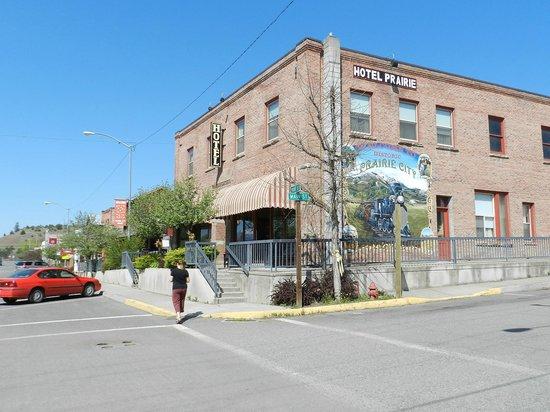Hotel Prairie: Hotel from street
