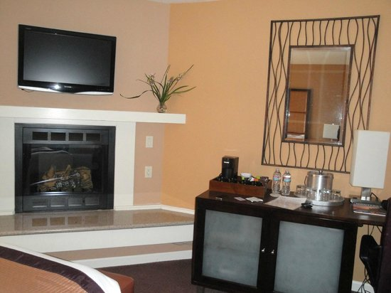 Mariposa Inn and Suites: Fireplace, TV and the desk