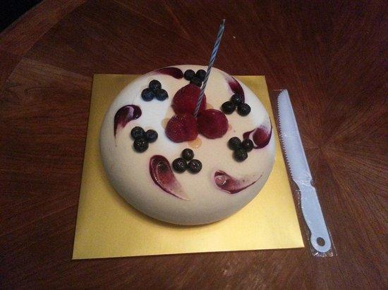 Bon Appetit Bakery: Birthday cake we bought