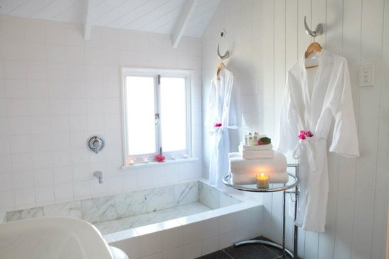 Port Douglas Cottage & Lodge: Cottage - marble bath