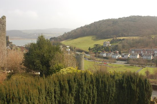 Bryn Guest House: View out the window of the castle walls and surrounding village