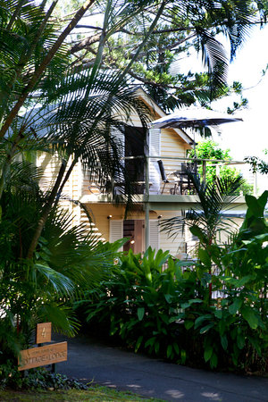 port douglas cottage and lodge: Cottage from street