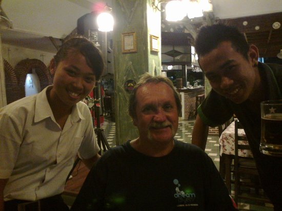 Sendok Hotel: Staff love their photos with guests