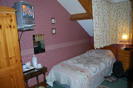 Kirkwood Guest House : The single bed in our room.