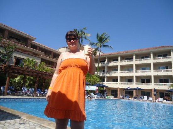 Hotel Playa Mazatlan: tomando una piña