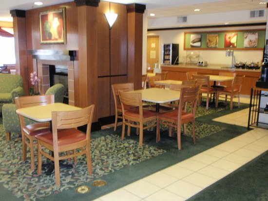 Baymont Inn & Suites Tucson Airport: breakfast area