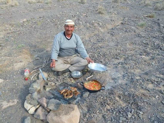 Al-Nawatef Camp : Waleed cooking a fantastic meal during the hike