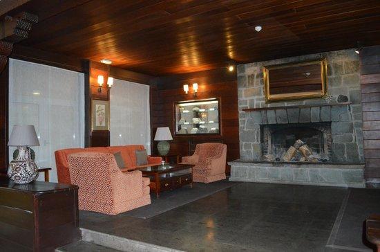 Parador de Canadas del Teide: le salon avec sa belle cheminée