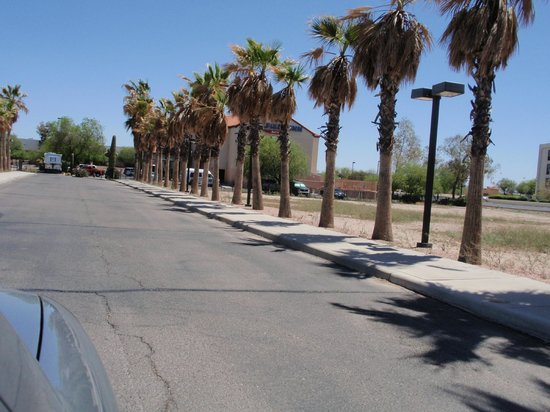 Baymont Inn & Suites Tucson Airport: driveway to hotel