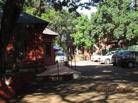 Blue Park Hotel: Parking + cottages