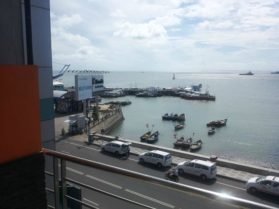 Lucy's Sports Bar and Hotel: View of the Ferry Terminal across the road from Lucy's