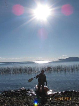 Isla Suasi Hotel : Sacando el kayak a tierra, remo al hombro y la preciosa vista del sol reflejando las aguas del T