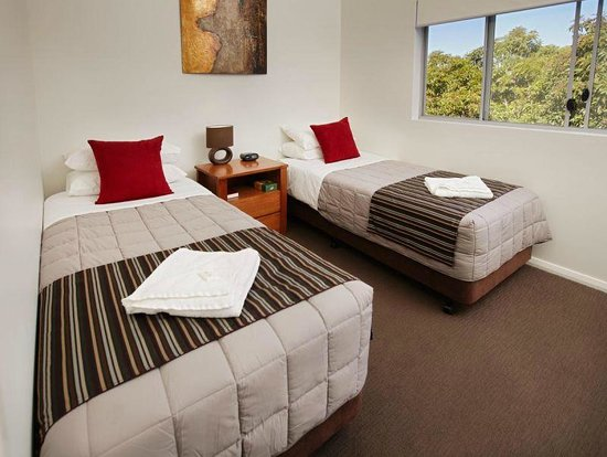 Charlestown Executive Apartments: Different bedding configurations can accomodate single travellers or large families