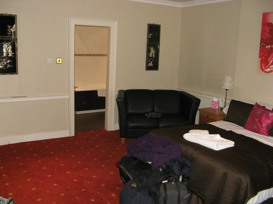 Edinburgh Central Guest House : Double Ensuite - view towards bathroom
