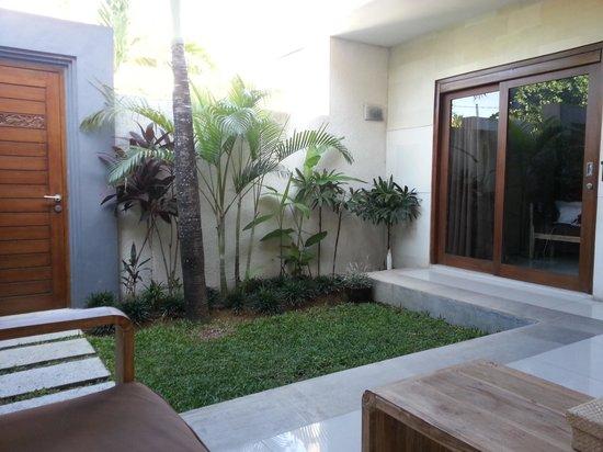 La Belle Villa: Garden/Lounge