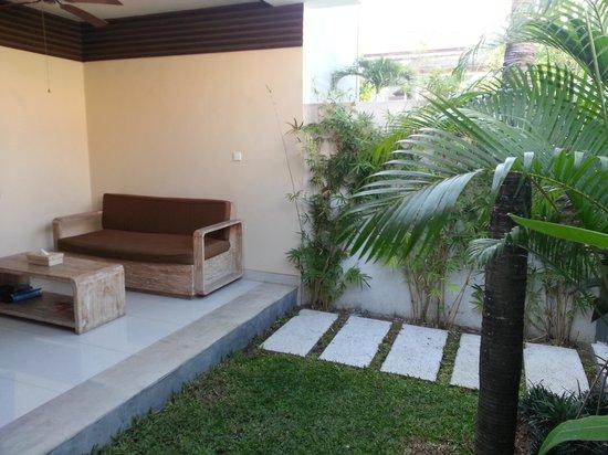La Belle Villa: Outdoor Lounge & Garden