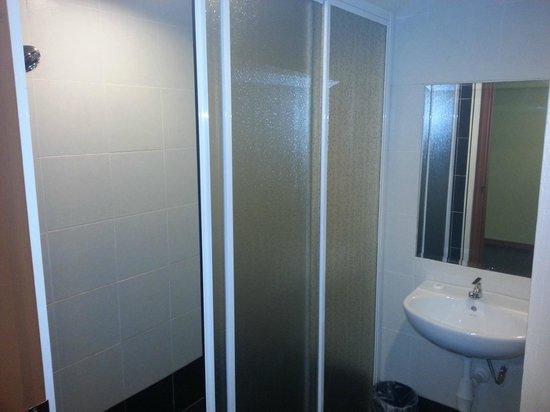 Grand Sentosa Hotel: shower,toilet