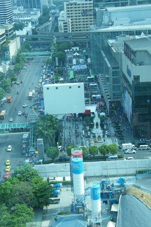 Novotel Bangkok Platinum Pratunam: View from room of New Year party