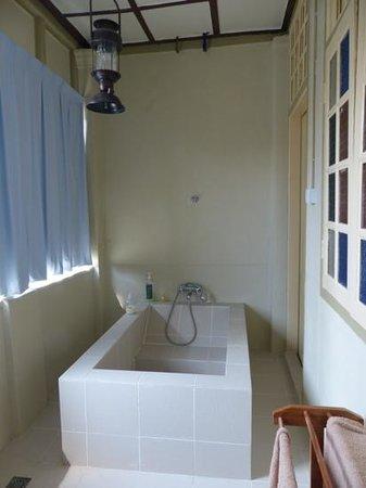 Palanquinn Heritage Suites: custom bath