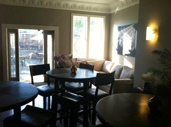 بيرد روك هوتل: Another view of the lobby. Beautiful decor & furnishings!