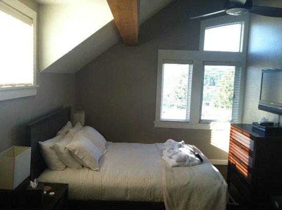 بيرد روك هوتل: Room on 3rd level. Super cozy, sunny and spacious!